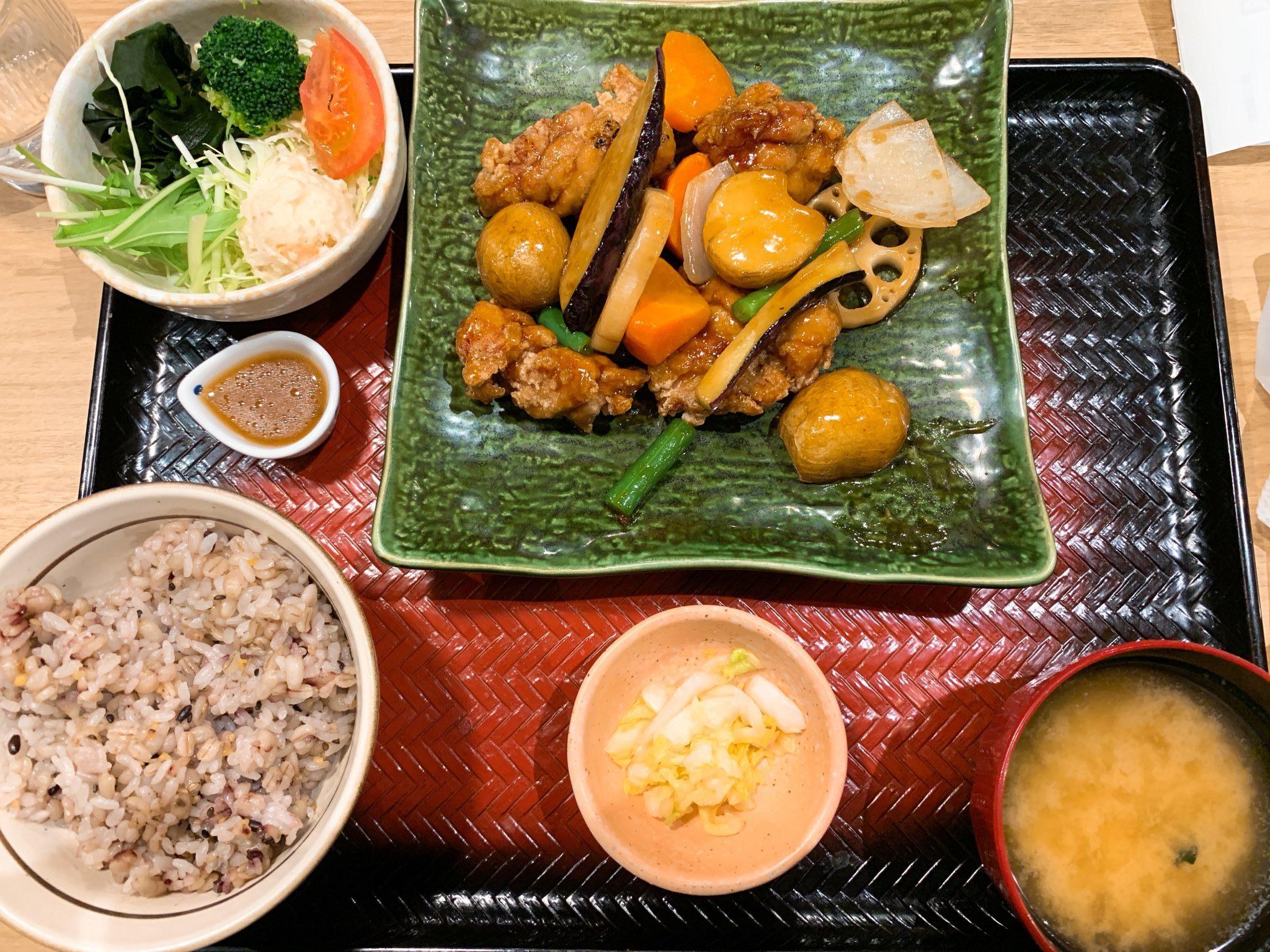 鶏と野菜の黒酢あんかけ定食(五穀ご飯普通)