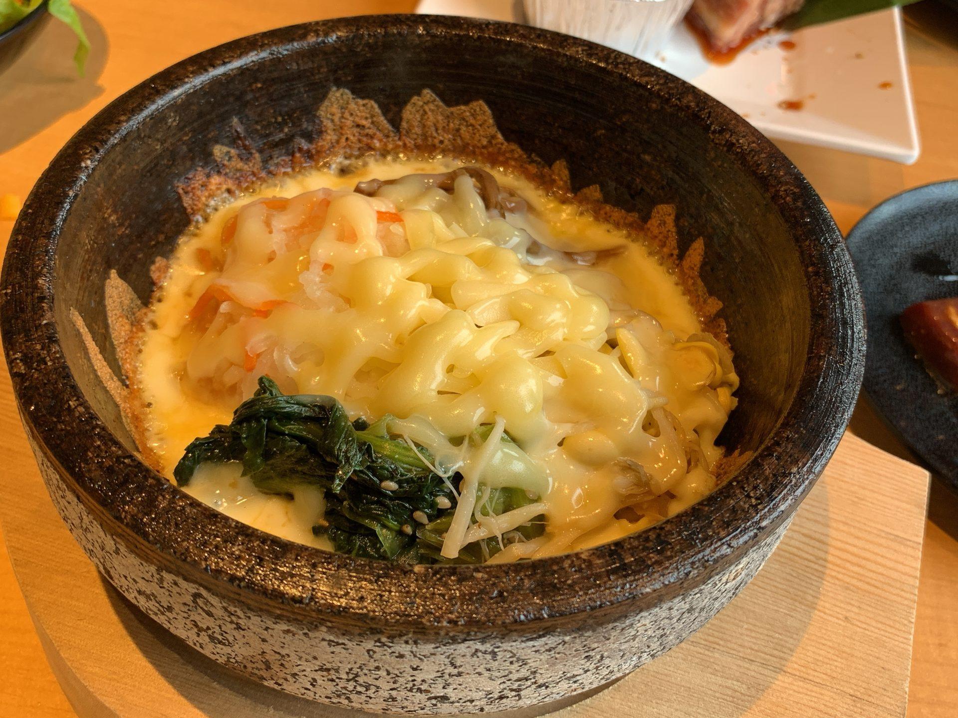 焼肉きんぐのモッツァレラチーズの石焼ビビンバ