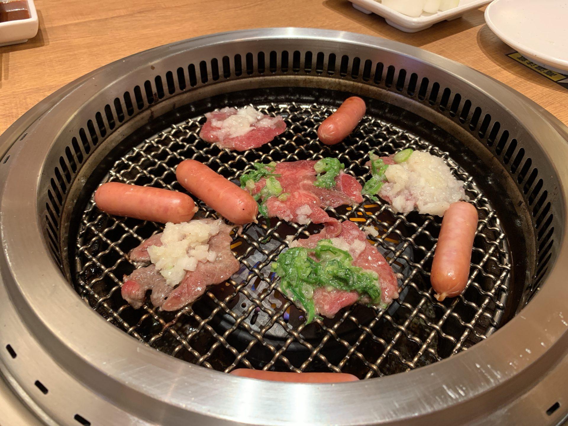 焼肉まるいネギ塩タン焼く